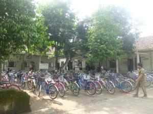 sepeda terparkir rapi di depan salah satu kursusan di pare